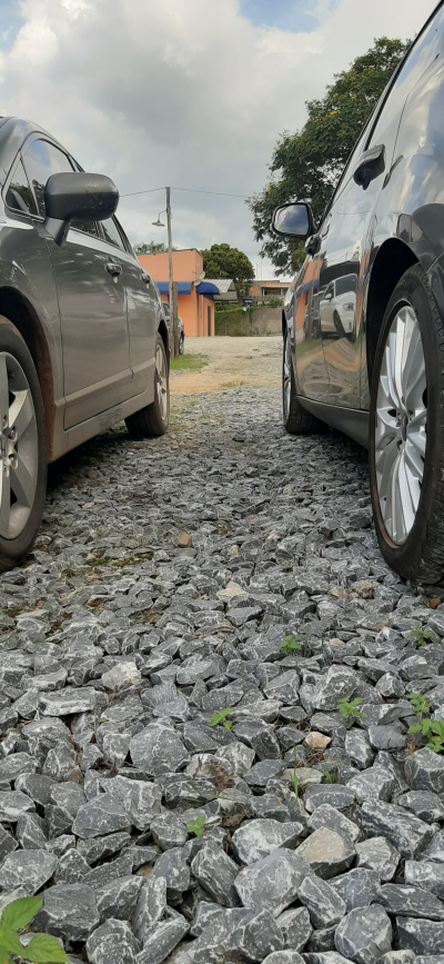 Visão entre carros do páteo do estacionamento